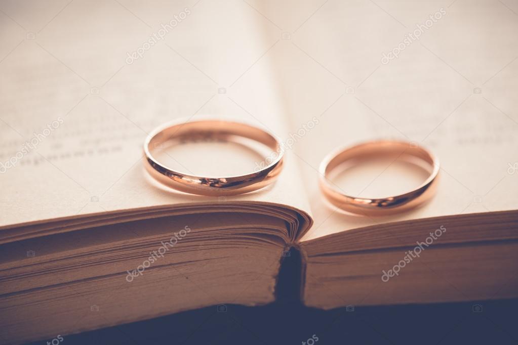 Goldene Hochzeit Ringe Auf Buch Stockfoto Garryimages