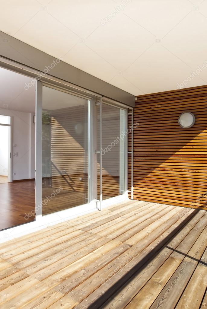 Voorkeur Moderne huis met een zonnig balkon van en houten vloer — Stockfoto MX71