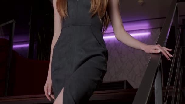 Kavkazská žena jde dolů ve večerních šatech na rande se svým milencem