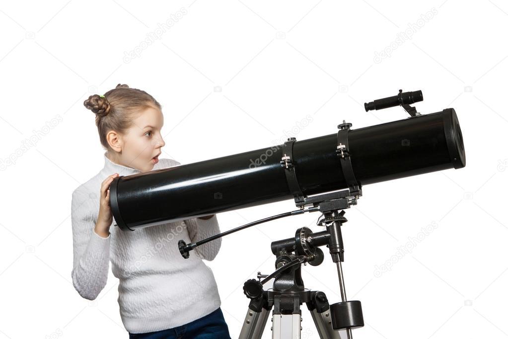 Kinder suchen in teleskop star gazing mädchen isoliert auf weißem