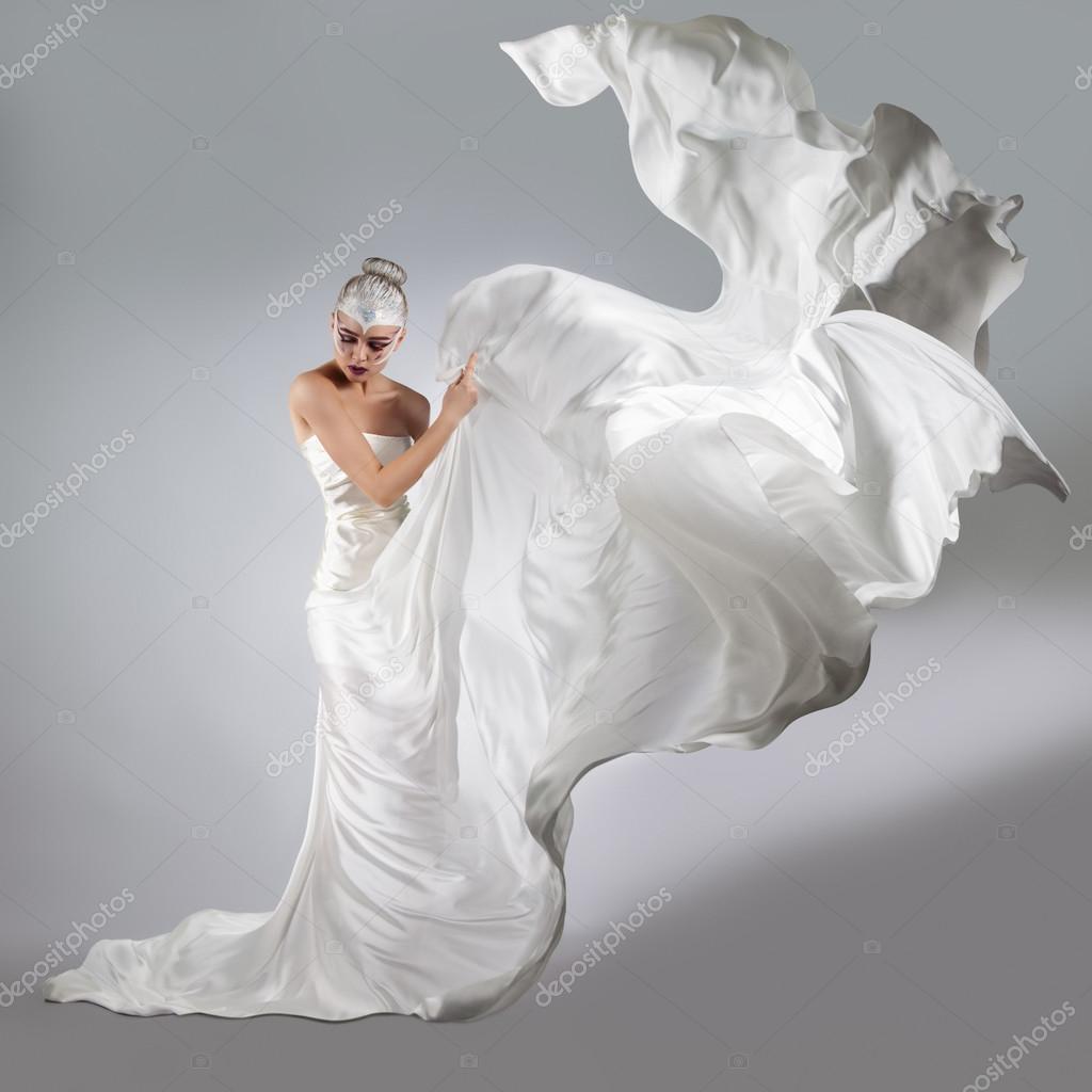 femme avec lumineux maquillage cr atif dans un drap blanc volant une jeune fille tenant un. Black Bedroom Furniture Sets. Home Design Ideas