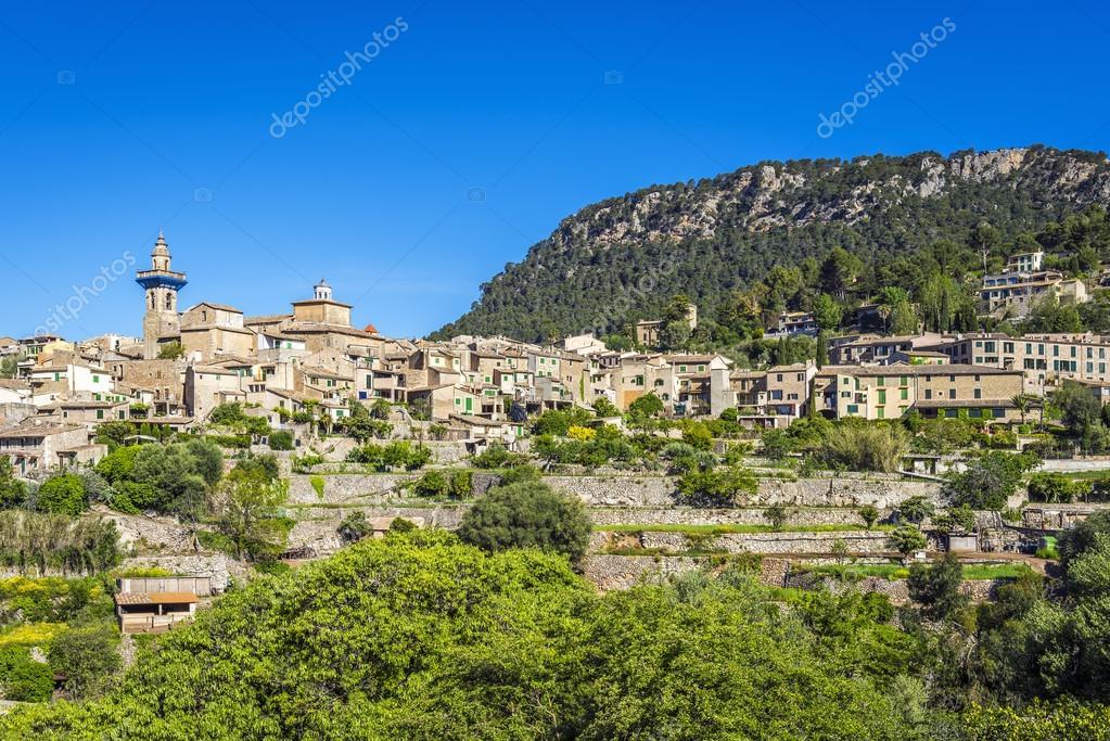 Citt sulla collina di valldemossa in estate foto stock for Piani di serra in collina