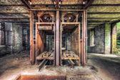 nepoužívané výtahové šachty v opuštěné uhelném dole
