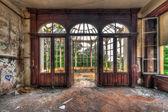 Opuštěný pokoj s výhledem přes krásné nefunkční konzervatoře