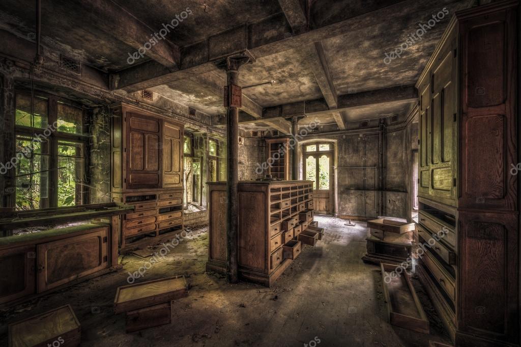 Kasten in een vervallen kamer stockfoto pbphotos 88470554 - In een kamer ...