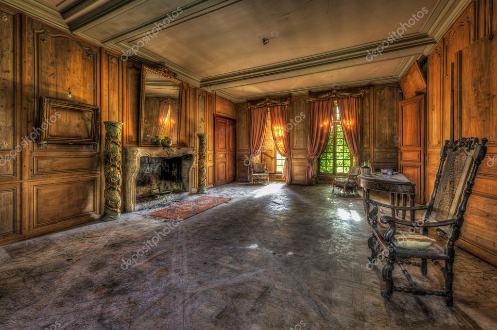 Vervallen luxe woonkamer in een verlaten kasteel — Stockfoto ...