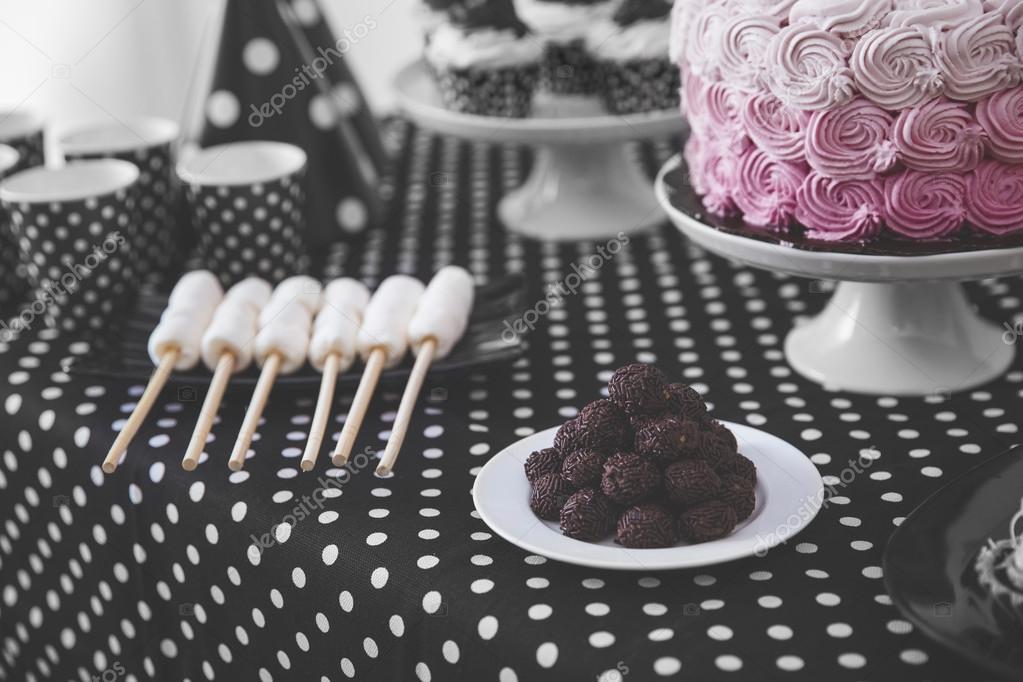 decoraci n de fiesta de cumplea os blanco y negro foto de stock odua 121598054. Black Bedroom Furniture Sets. Home Design Ideas