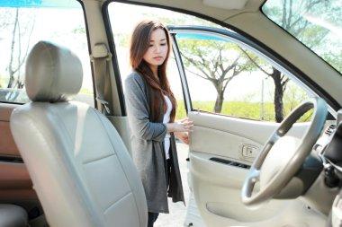 woman open the car door