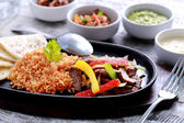 mexické hovězí fajitas s tortilami a rýží