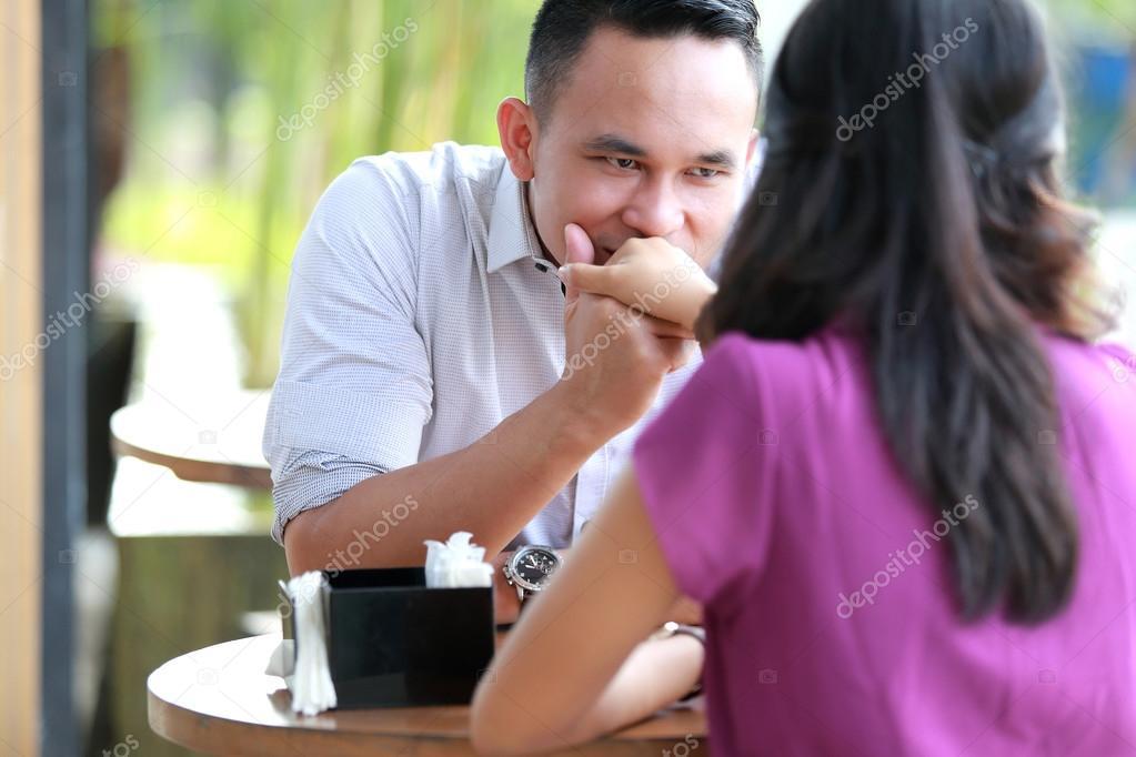 randki, całowanie, najpierw trzymając się za ręce srebrny matchmaking w pigułce