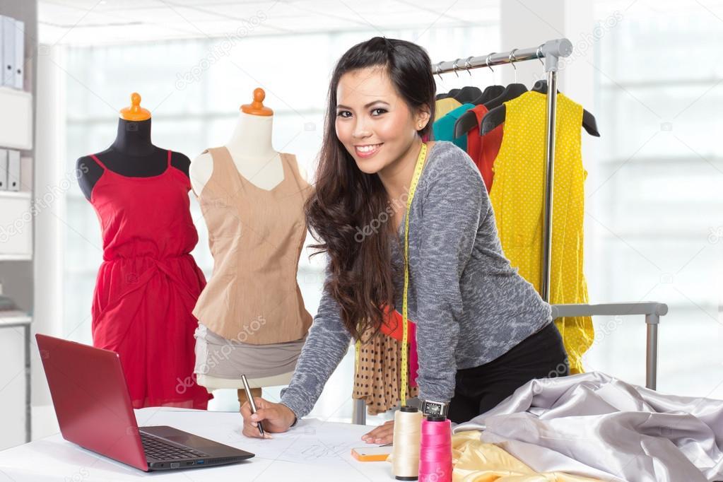 b51c316a4e794 Jovem mulher asiática do designer usando um laptop e sorrindo, roupas ha —  Fotografia de