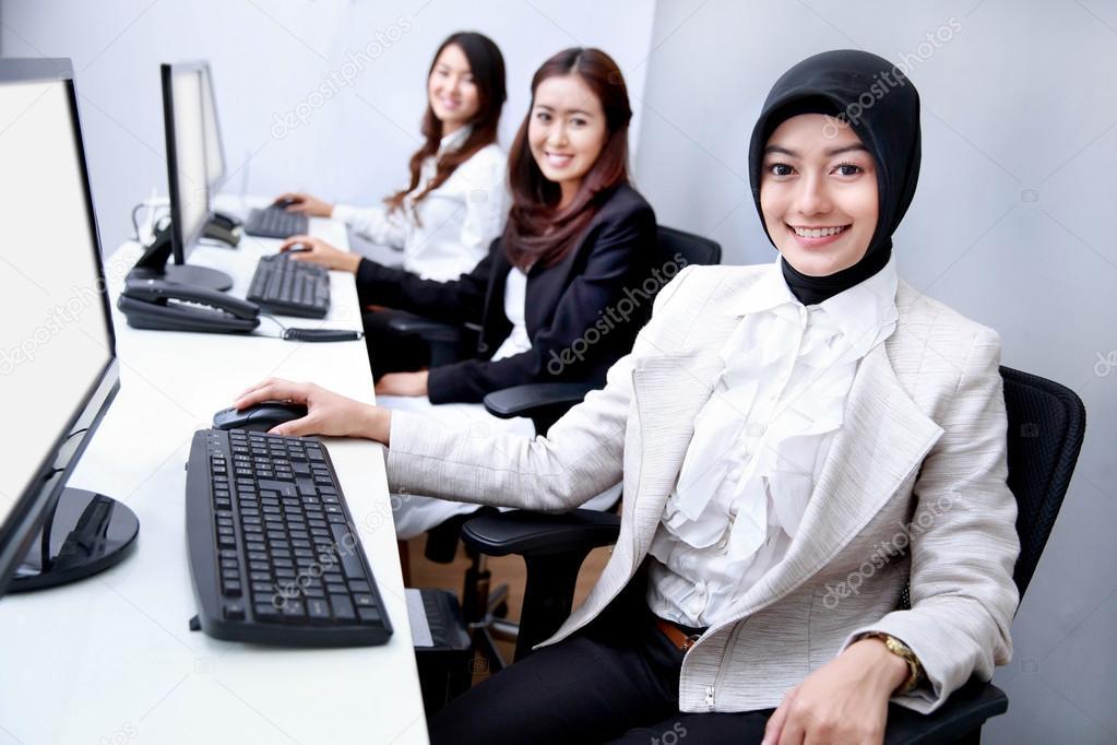 Gluck Der Unternehmerinnen Die Im Buro Arbeiten Stockfoto C Odua