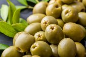 Photo pile of green olives