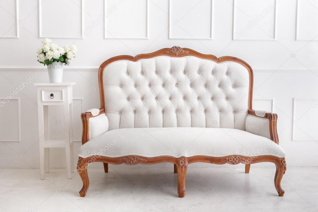 Scrivania Vintage Bianca : Divano bianco stile vintage con vaso di fiori sulla scrivania