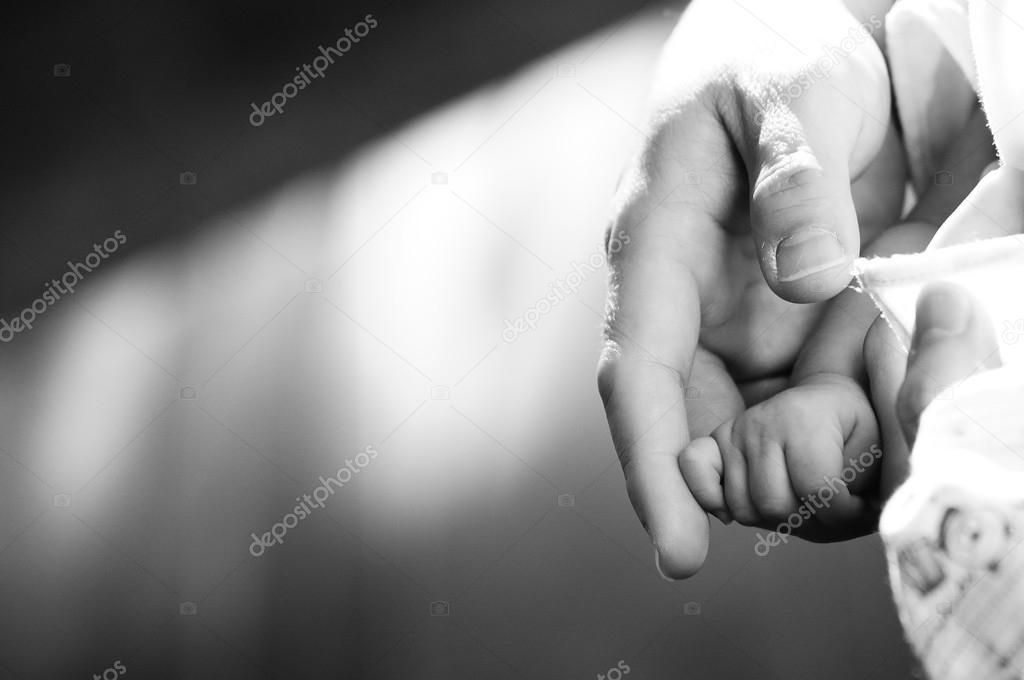 Adultos mano suavemente dedos de bebé adulto — Fotos de Stock ...