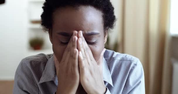 Arca ideges afrikai nő etnikai lány érzés stressz fájdalom szenved fejfájás migrén tünetek aggódik magány válás megtanulja a rossz hír a természetellenes terhesség vagy pénzügyi problémák
