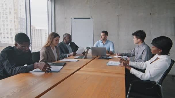 Multiracial Business Group Teampartner verschiedene Mitarbeiter sitzen im Büro bei Besprechung Briefing Brainstorming zuhören hispanischen arabischen Mann Führer Chef Mentor Corporate Training Startup-Diskussion