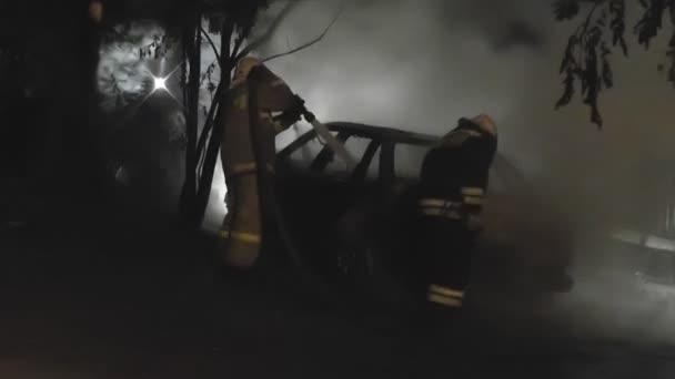 hašení hořícího automobilu