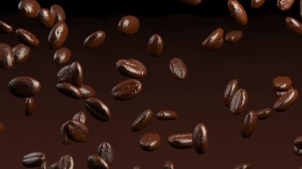 Geröstete Kaffeebohnen fallen
