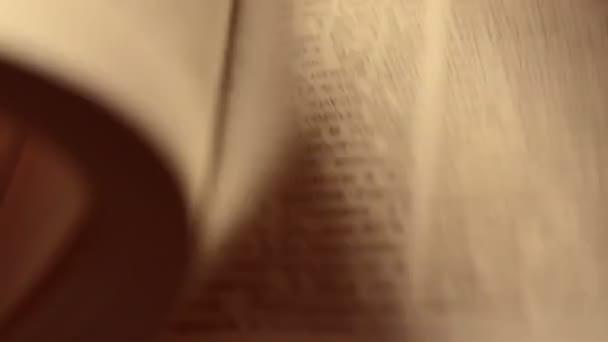 stránky knihy