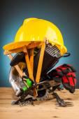 Fotografie Žlutá přilba a dřevo montážní nástroje