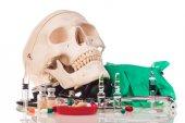 Gyógyszerek, emberi koponya és sztetoszkóp