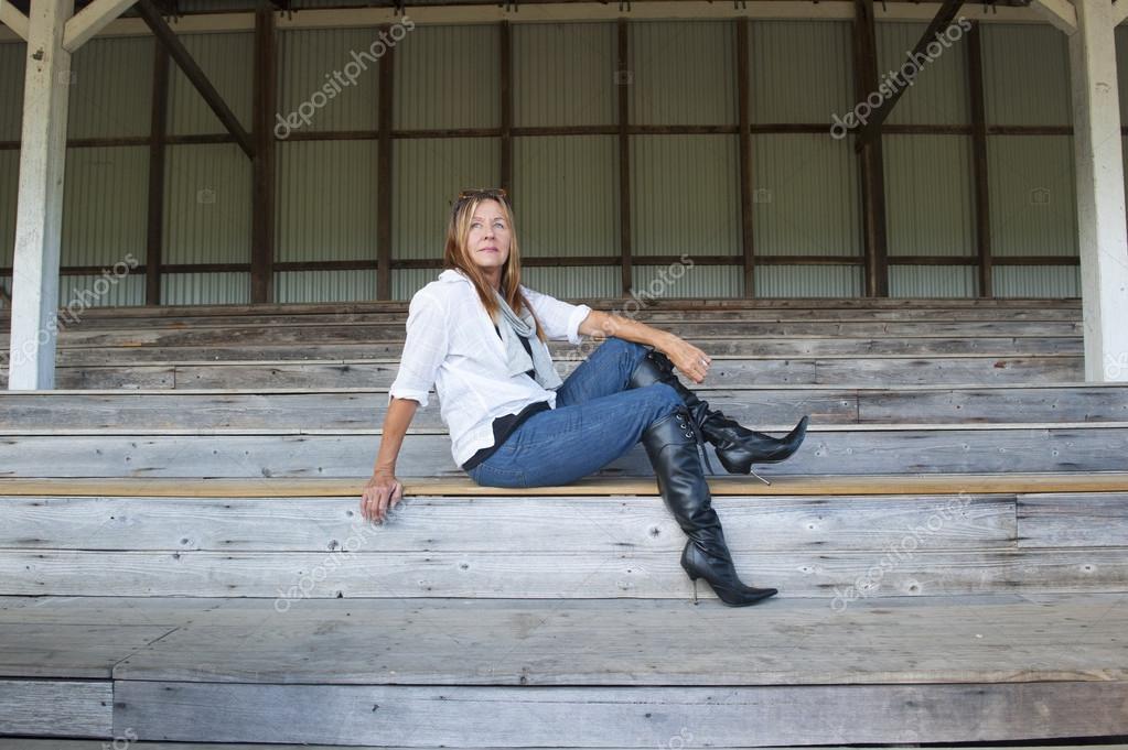 056c28fa4c3 Äldre kvinna i högklackade skor poserar säker — Stockfotografi ...