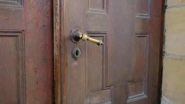mladý muž otevře staré dřevěné dveře, magický portál, doma, hotelový pokoj, koncept služebních cest, cestovní ruch, pracoviště, pobyt doma, začátek nového života