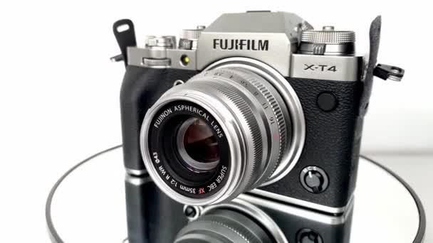 FRANKFURT NÉMETORSZÁG - JÚNIUS 2020: FUJIFILM XT4 kamera Fujinon lencsével forgatható lemezjátszón, fényképészeti koncepció, modern professzionális technológia, hobbikhoz, utazáshoz, jelentéstételhez