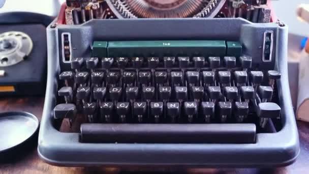 starý psací stroj na stole, slova falešné zprávy jsou vytištěny na papíře ve velkém, svíčka hoří, retro styl, koncept informačního podvodu v sociálních médiích, zavádějící, odhalující klamání