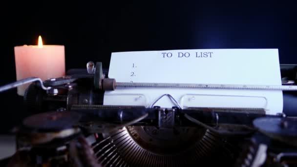 starý psací stroj na stole, slova falešné zprávy jsou vytištěny na papíře ve velké velikosti, retro styl, koncept dělat seznam uspořádat práci a život