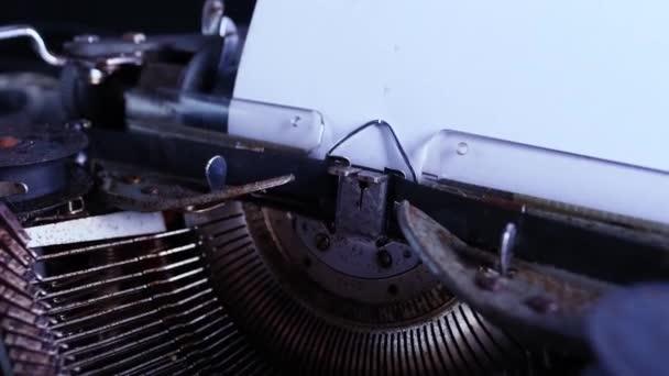 starý psací stroj na stole, prázdný bílý list pro text, mockup, retro styl, koncepce děl spisovatele, novináře, selektivní zaměření