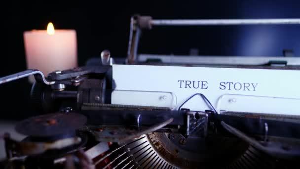 starý psací stroj na stole, slova pravdivý příběh jsou tištěna na papíře ve velkém, retro stylu, koncept spisovatele, novináře, soukromého detektiva, selektivní zaměření