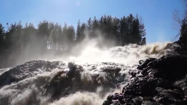 Hirvas vodopád plný vody