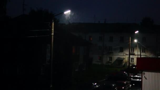 helle Blitze in verregneter Stadt