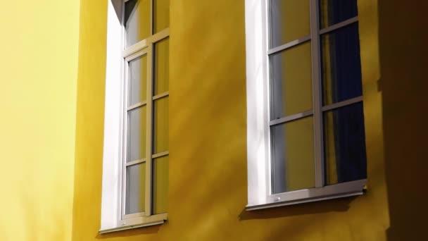 Retro styl windows červené budovy