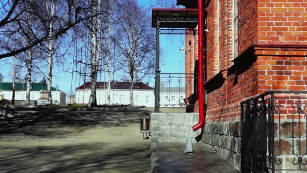 Vstup ve starém stylu červených cihel domě
