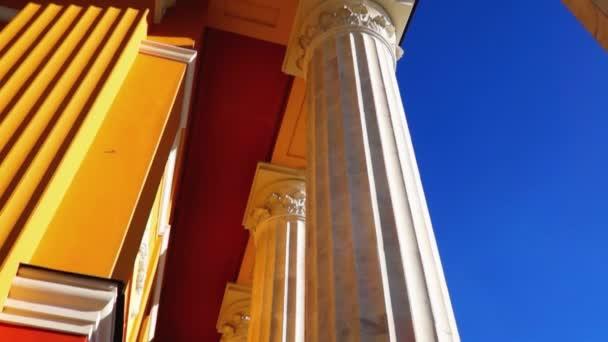 Säulen im klassischen Stil kippen nach unten