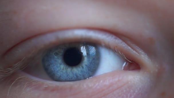 Augenzwinkern und Blicke