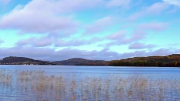 Divoké jezerní panoráma na podzim