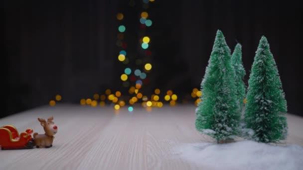 Barevné vánoční stromky. Pozadí nového roku2020. Vánoční pozadí, umělý vánoční stromek.