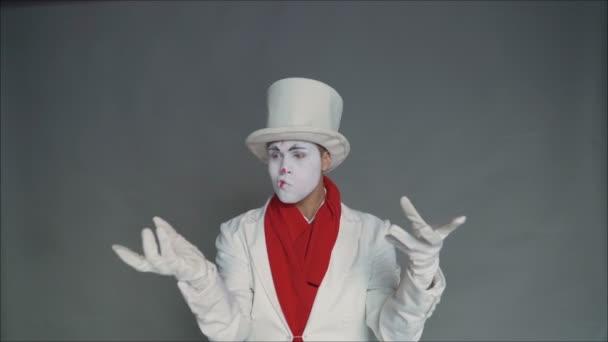 A pantomim láthatatlan tárgyakat zsonglőrködik. Cirkusz divat pantomim zsonglőrök.
