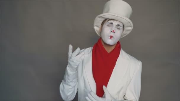Kép fehér stúdió háttérrel. A pantomim tagadja, és nemet mond. A színész, a pantomimesek, ez az ember megállít egy gesztust. Érzések, arckifejezések, érzések, testbeszéd, jelek.