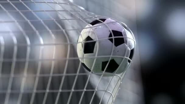 Fußball im Tornetz mit Langsamung. Slowmotion-Fußball im Netz.