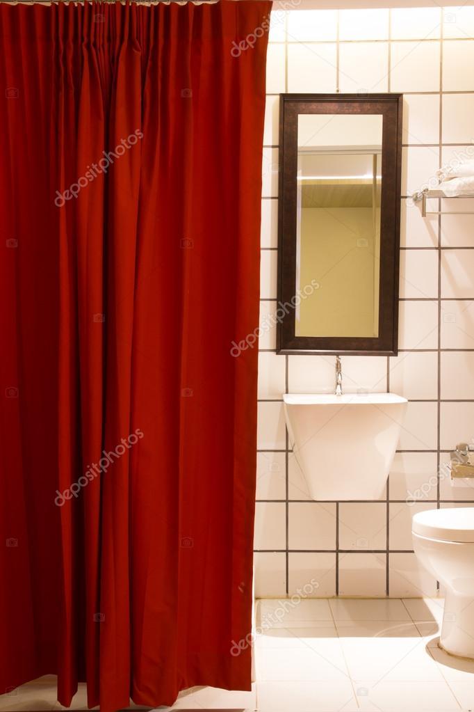 Rideau de la petite salle de bain rouge. Vue du meuble lavabo ...