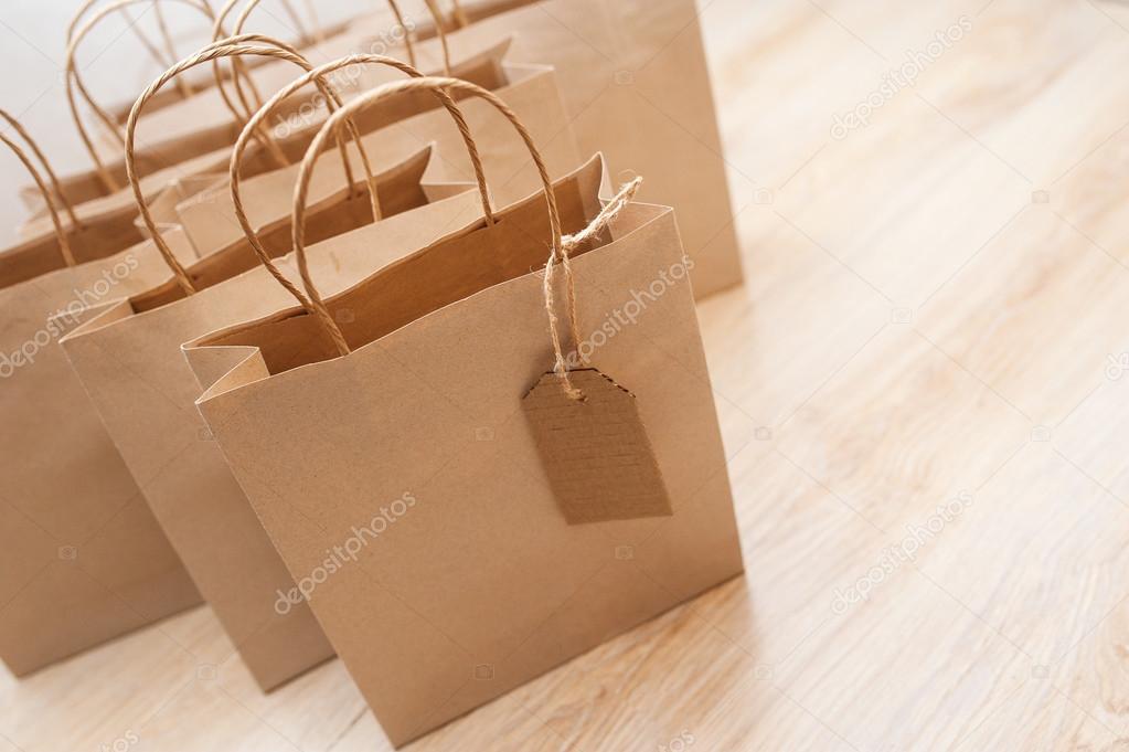 bd0beab04 Bolsas de papel kraft marrón para regalos en el fondo - papel kraft para  descargar — Foto de ...