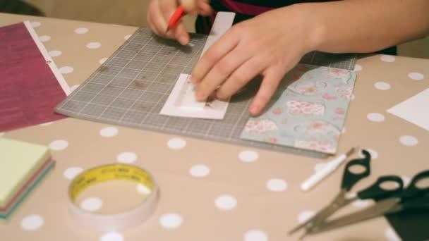 ruce ženy řemeslné a vánoční přání šrot rezervace