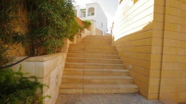 Steintreppe auf dem Territorium des Hotels in Ägypten