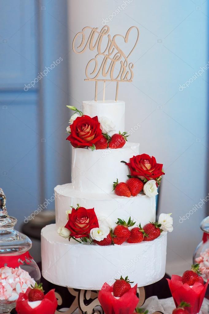 Vier Schicht Weisse Hochzeitstorte Mit Roten Rosen Und Erdbeeren