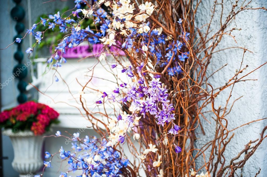 Svatebni Dekorace Modre A Fialove Kvety Na Svetle Tyrkysova Pozadi